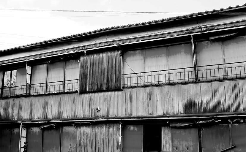 トタンのアパート(フリー写真)