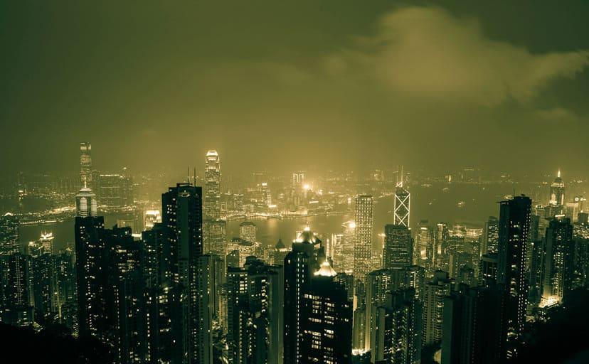 夜のビル群(フリー写真)