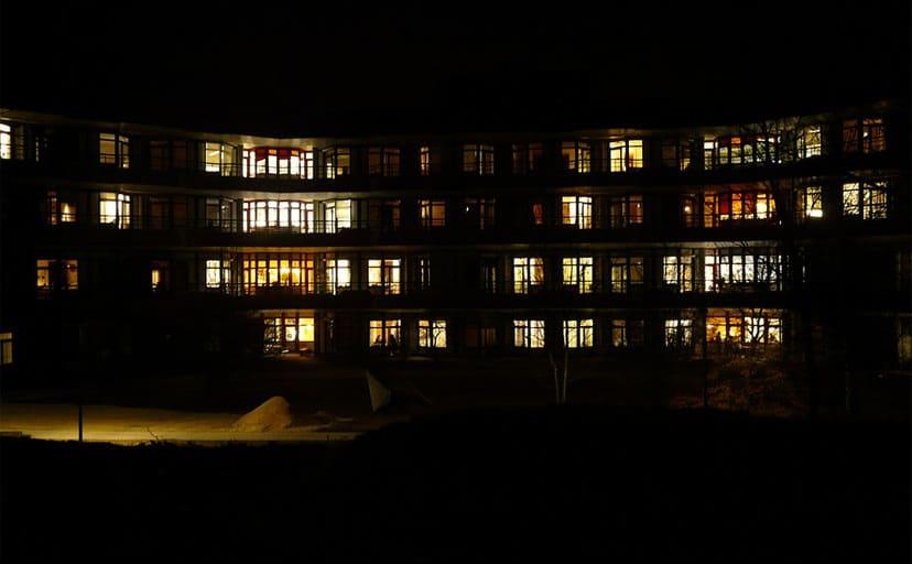 夜のアパート(フリー写真)