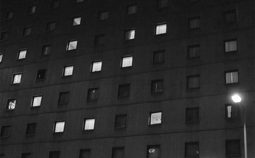 ビジネスホテルの窓(フリー写真)