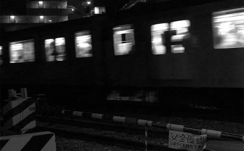 夜の踏切(フリー写真)