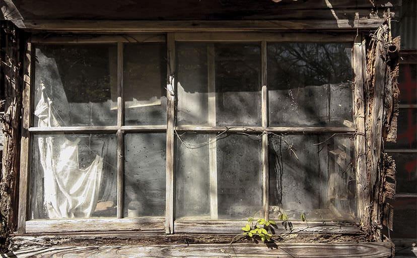 廃屋の窓(フリー写真)
