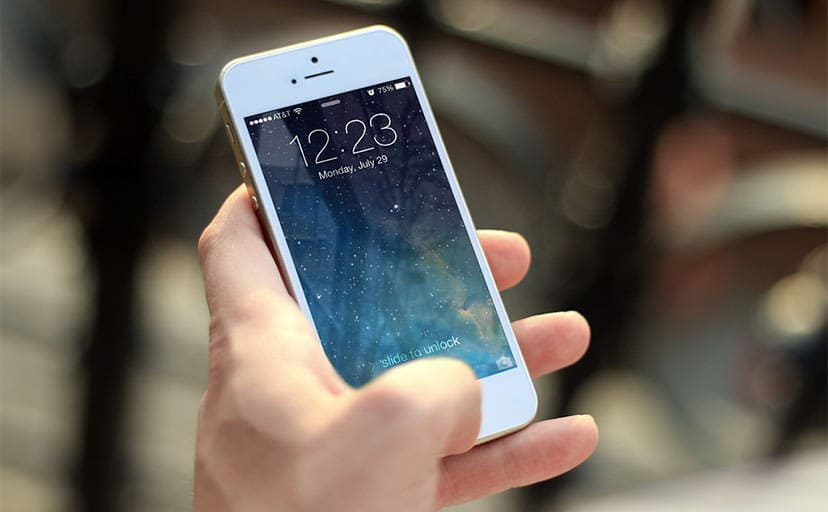 スマートフォンを持つ手(フリー素材)