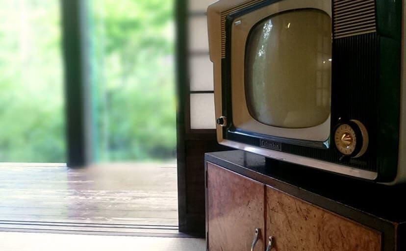 居間のブラウン管テレビ(フリー写真)