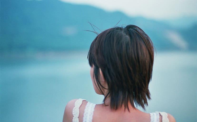女性の後ろ姿(フリー写真)