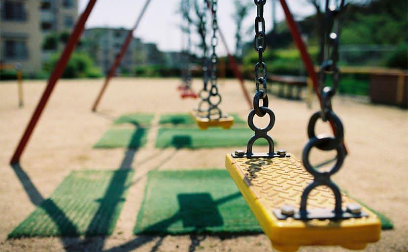 公園のブランコ(フリー写真)