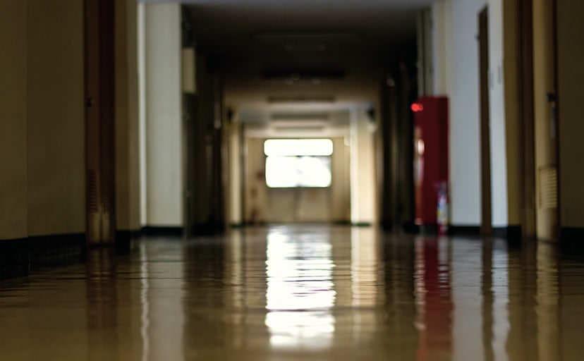 薄暗い校舎の廊下(フリー写真)