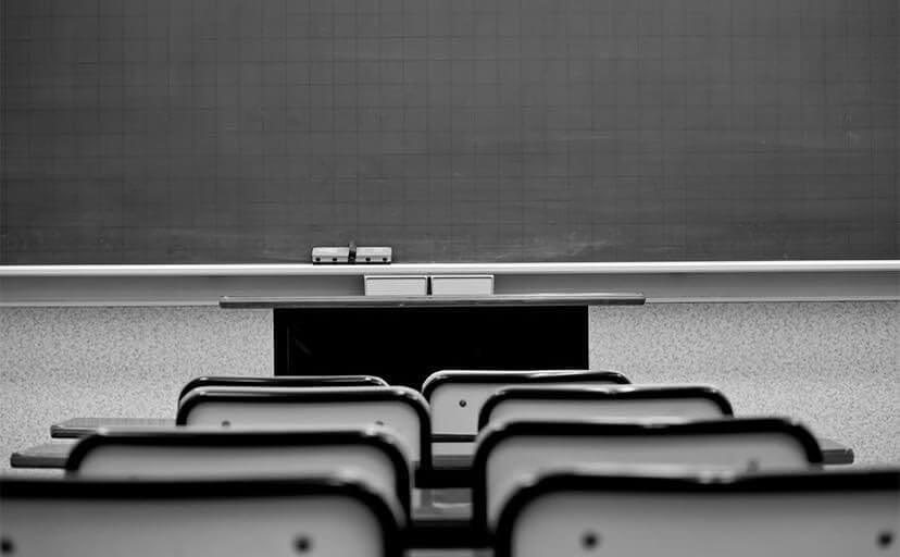教室と黒板(フリー写真)