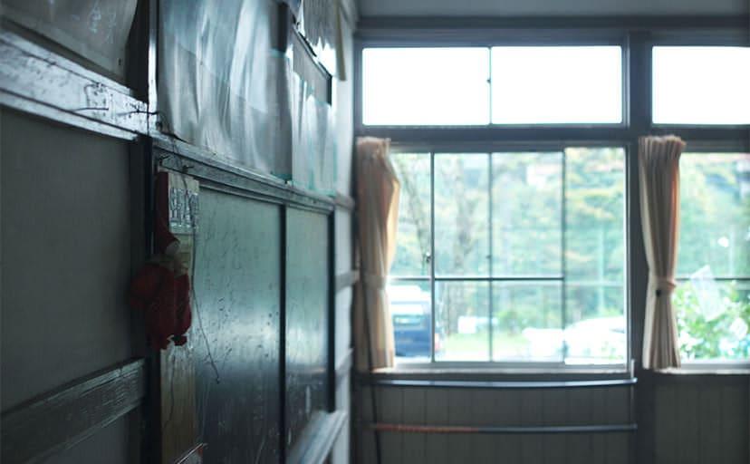 教室の窓(フリー写真)