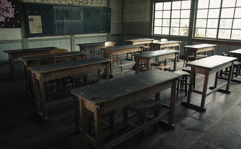 木造校舎の教室(フリー写真)