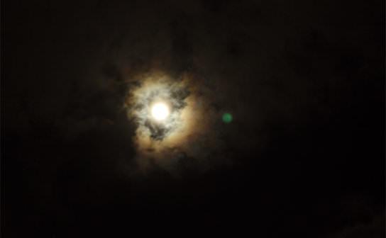 月の虹(フリー写真)