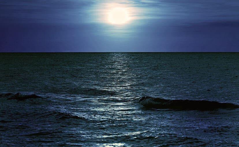 夜の海(フリー写真)