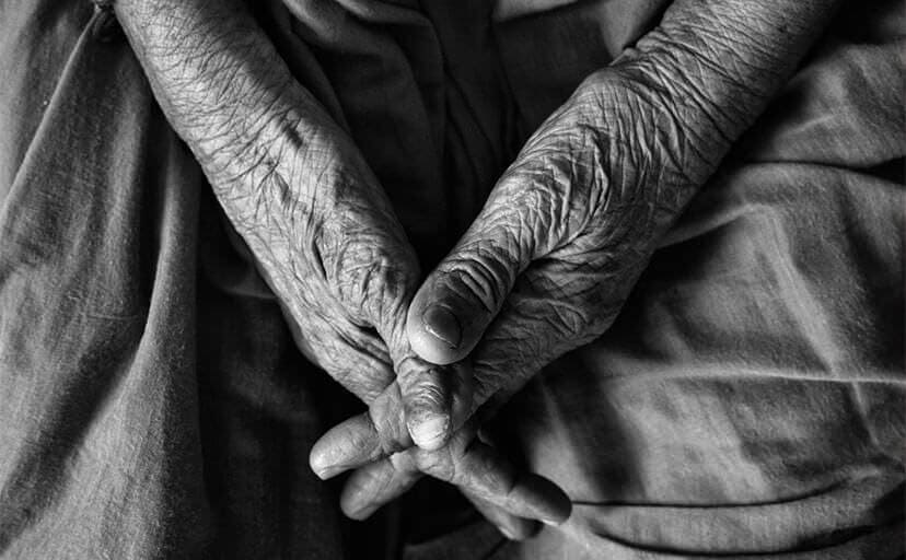 お婆ちゃんの手(フリー写真)