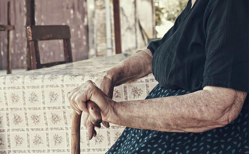お婆さんの腕(フリー写真)