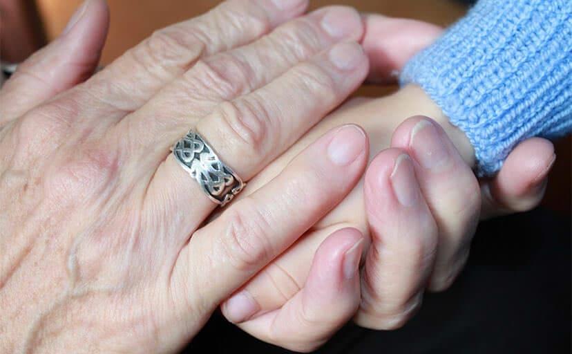 おばあさんの手(フリー写真)