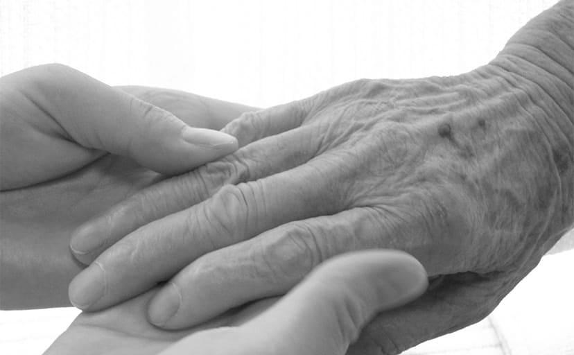 お婆さんの手(フリー写真)