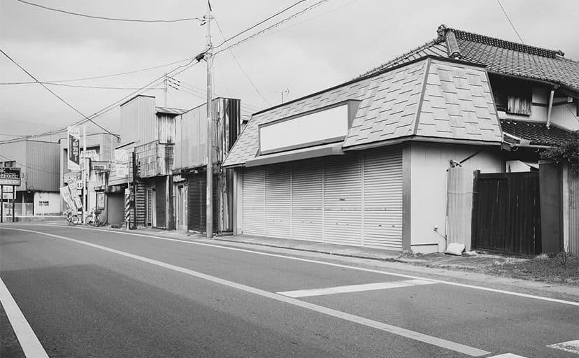 休日の商店街(フリー写真)