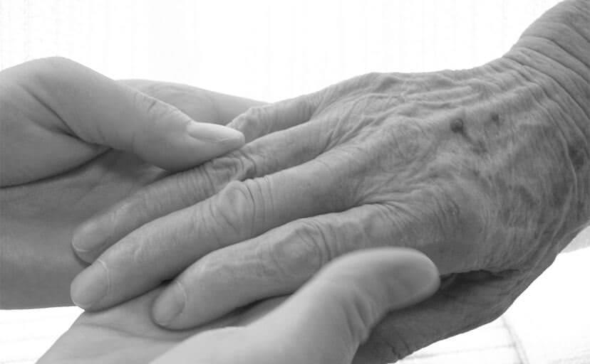 手を握る(フリー写真)
