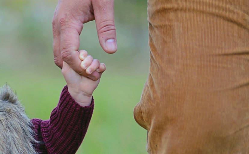 手を繋ぐ親子(フリー写真)