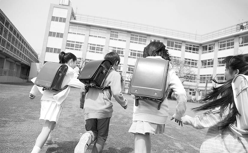 登校する小学生(フリー写真)