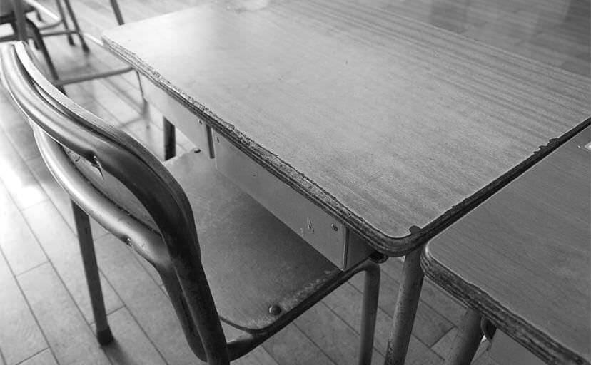 教室の机(フリー写真)