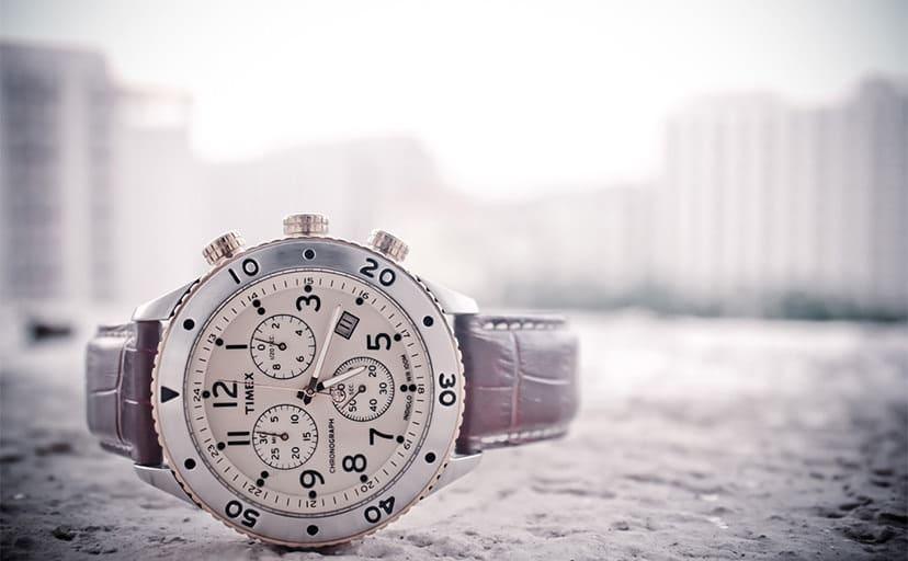 腕時計と街(フリー写真)
