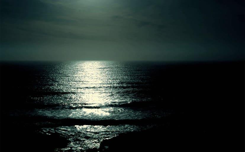 夜の海(フリー素材)