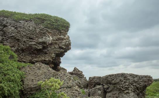 海の岩場(フリー写真)