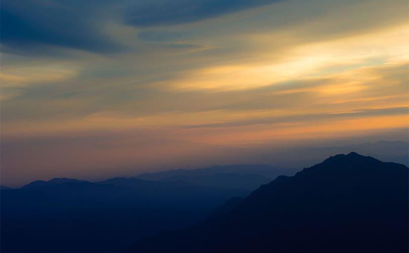 夕暮れの山(フリー写真)