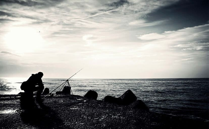 夜釣り(フリー写真)