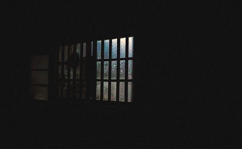 夜の窓(フリー写真)