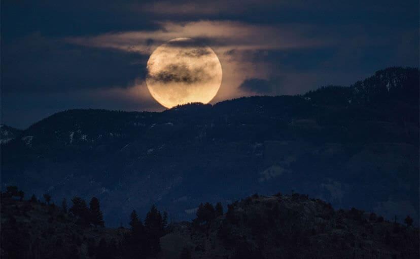 夜の山と月(フリー写真)