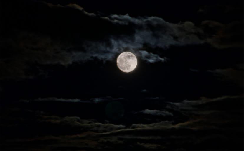夜空の月(フリー写真)