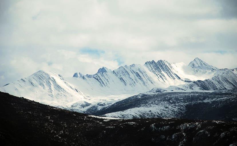 雪に覆われた山(フリー写真)