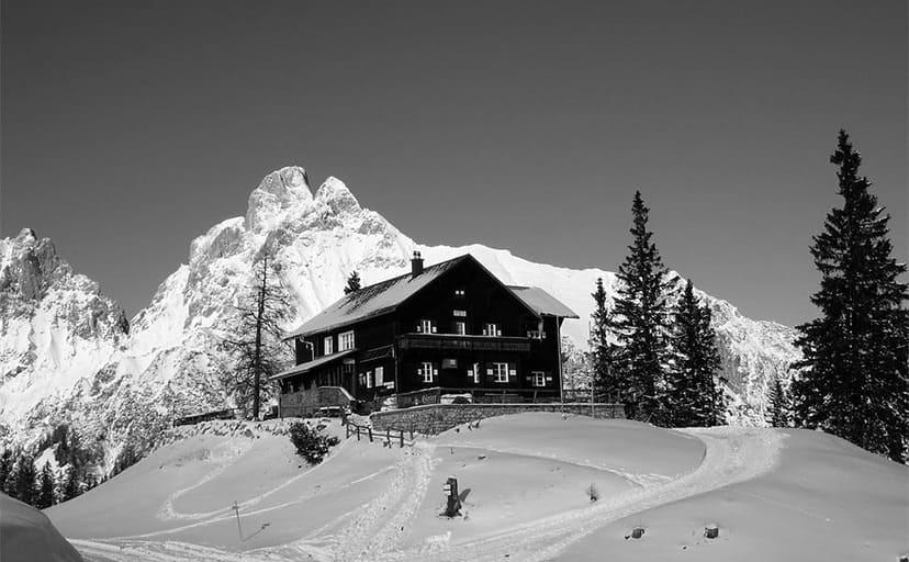 雪山のロッジ(フリー写真)